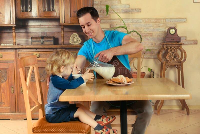 Farsan lagar mat en frukost royaltyfria foton