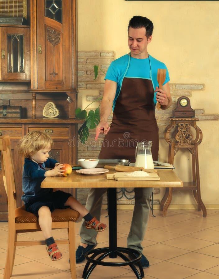 Farsan lagar mat en frukost arkivbild