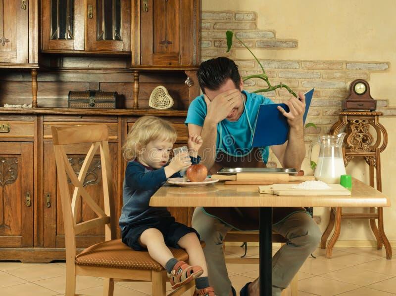 Farsan lagar mat en frukost royaltyfri bild