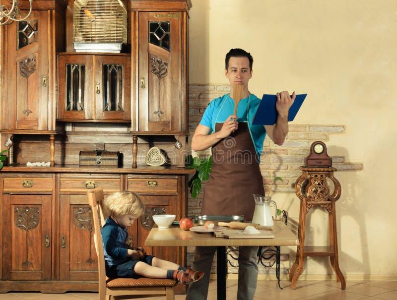Farsan lagar mat en frukost arkivbilder