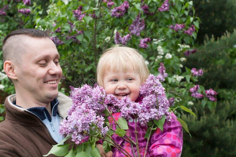 Farsan och behandla som ett barn i trädgården royaltyfria foton