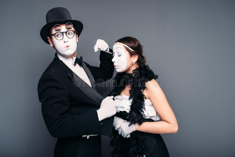 Farskonstnärer med vita makeupmaskeringar på framsidor royaltyfria foton