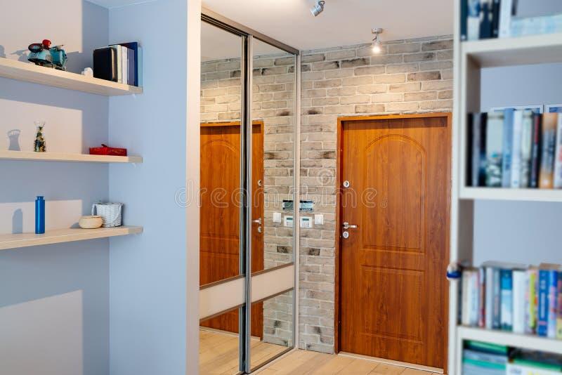 Farstu i modern lägenhet med spegelgarderoben arkivfoto