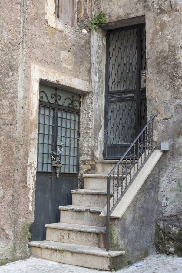 Farstubro i ett italienskt gammalt hus Arkitekturen av byggnaden royaltyfri bild