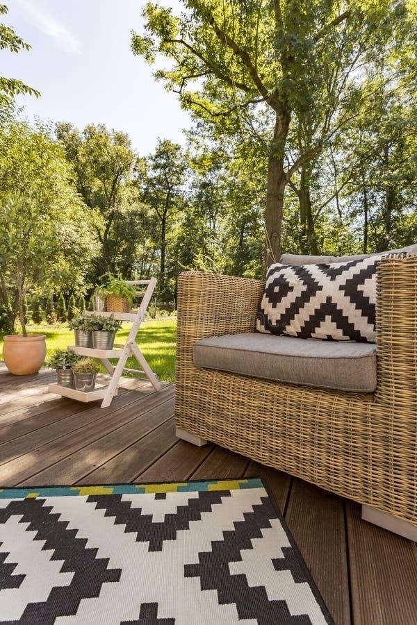 Farstubro med sikten av trädgården royaltyfri fotografi