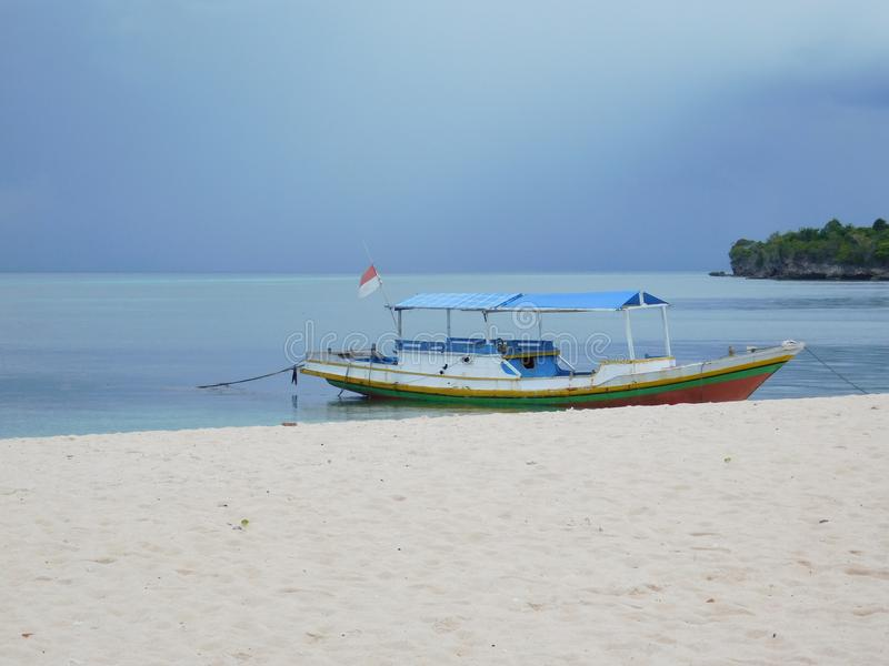 Fartyg abstrakt begrepp, vatten, hav, strand, flagga royaltyfria bilder