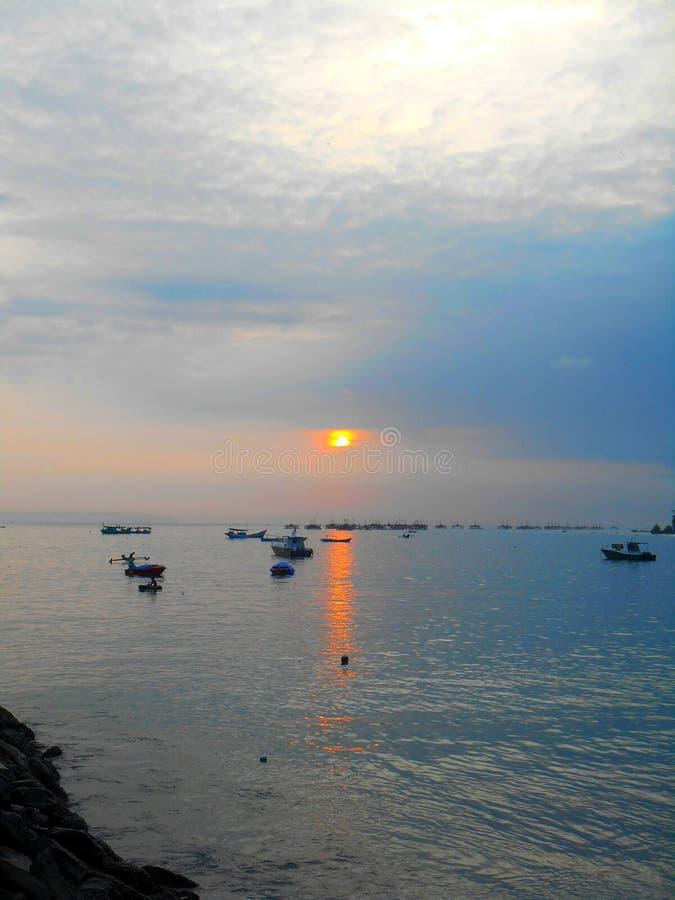 Fartyg av fiskaren under solnedgång arkivbilder