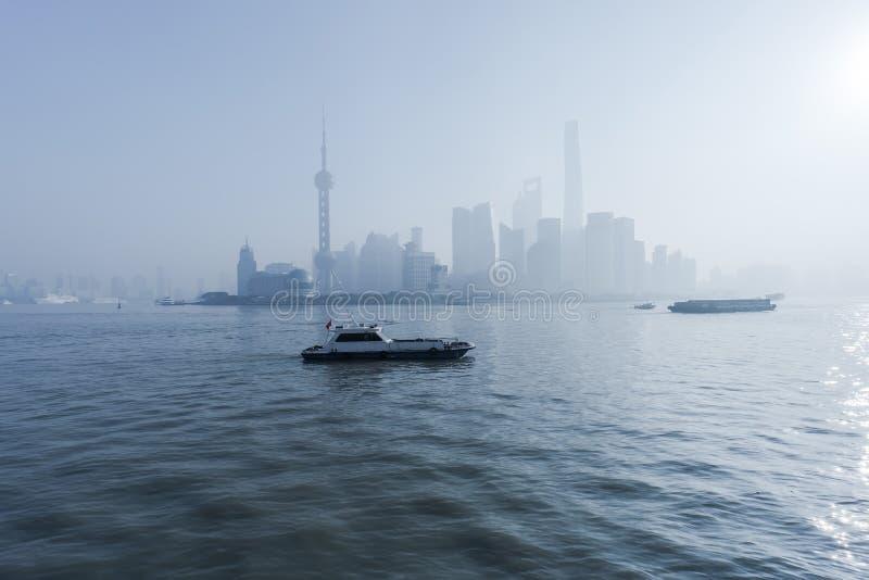 Fartyg av kusten på Lujiazui i Shanghai, Kina royaltyfria bilder