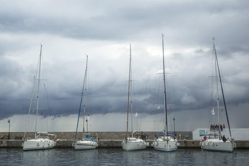Fartyg deltar i seglingregatta 11th Ellada royaltyfri foto