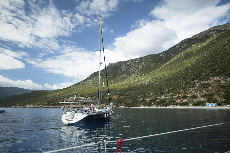 Fartyg deltar i seglingregatta 11th Ellada arkivbilder