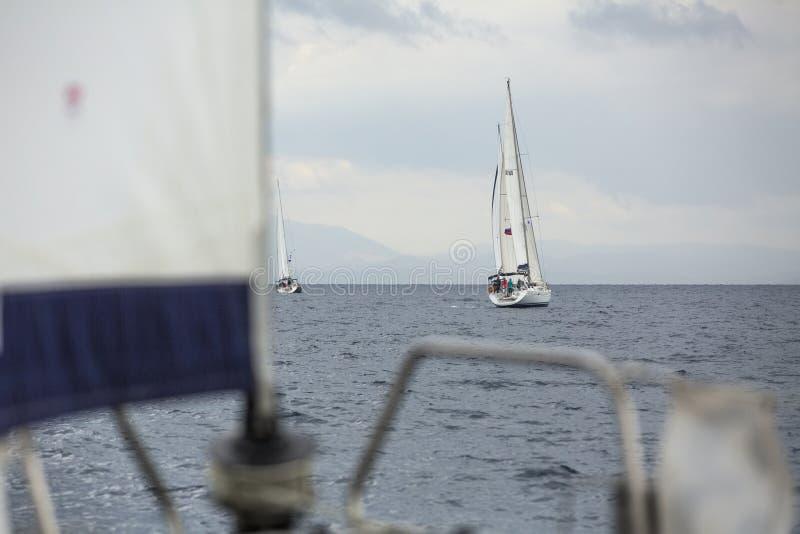 Fartyg deltar i seglingregatta 11th Ellada arkivfoto