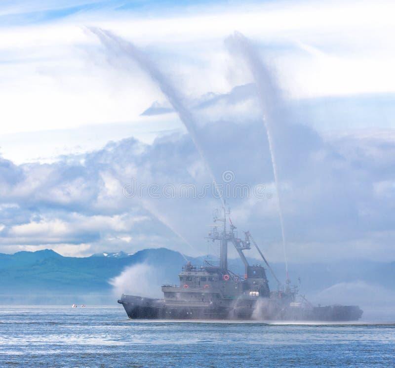 Fartyg för brandslang som besprutar wate royaltyfria foton