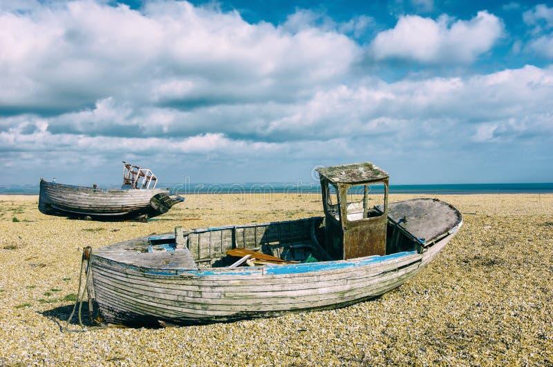 Fartyg för fiskare` s på stranden på Dungeness arkivfoton