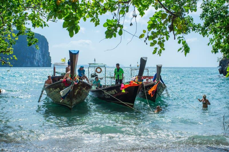 Fartyg för lång svans ankrade väntande på trourist på Hong Island i det Krabi landskapet Thailand arkivbilder