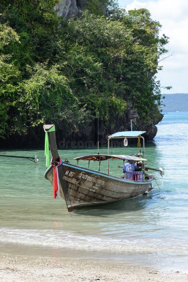 Fartyg för lång svans i den Railay stranden, Krabi, Thailand arkivbilder