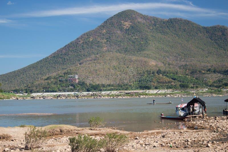 Fartyg för lång svans längs Mekonget River royaltyfri foto