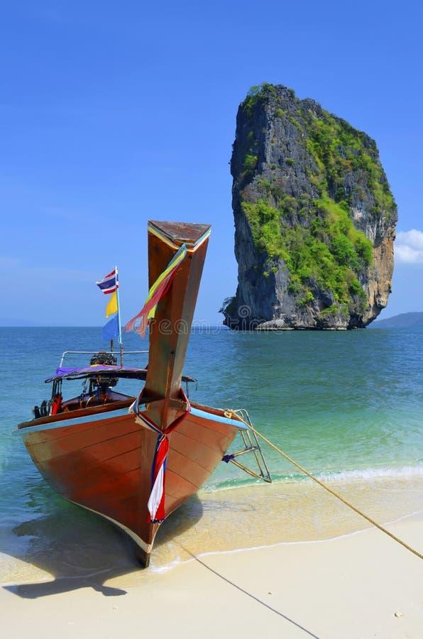 Fartyg för lång svans på ökenstranden av Koh Poda, Thailand royaltyfri fotografi