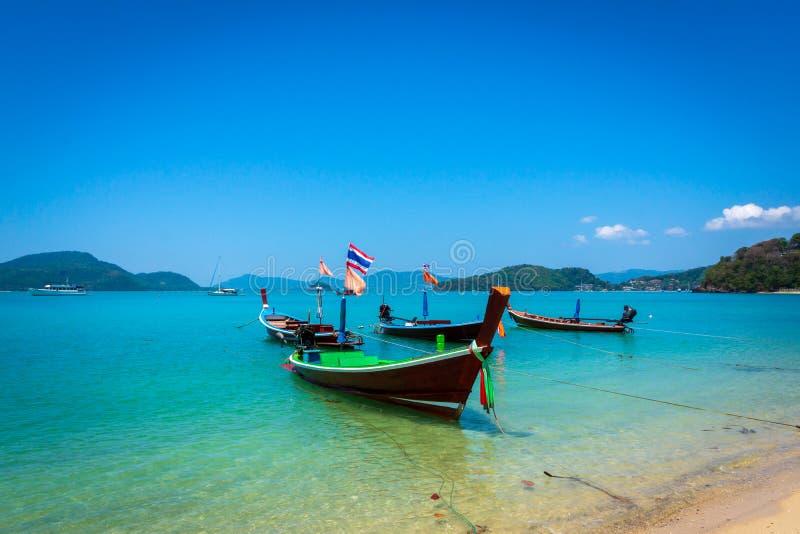 Fartyg för lång svans på den tropiska stranden, Andaman hav, Thailand royaltyfri foto
