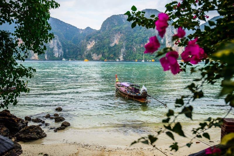 Fartyg för lång svans, tropisk strand, Andaman hav, Thailand royaltyfri fotografi