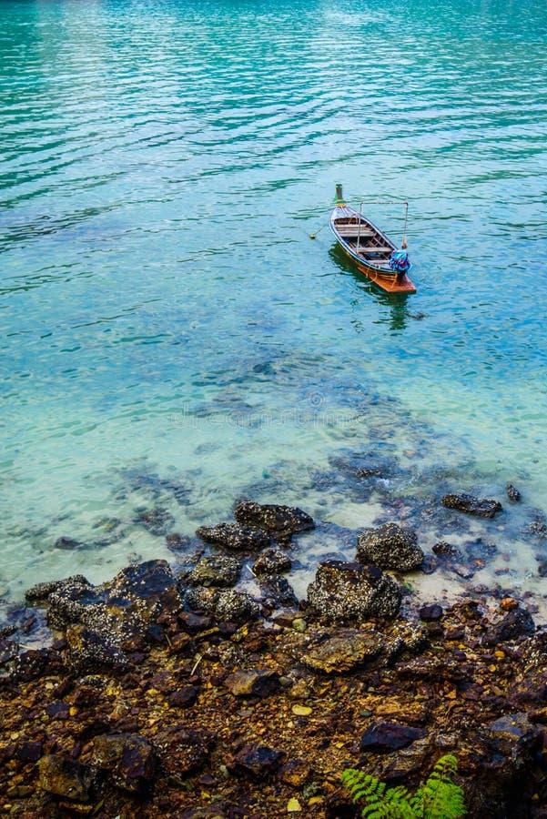 Fartyg för lång svans, tropisk strand, Andaman hav, Thailand royaltyfria foton