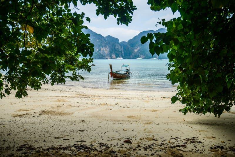 Fartyg för lång svans, tropisk strand, Andaman hav, Thailand royaltyfri foto