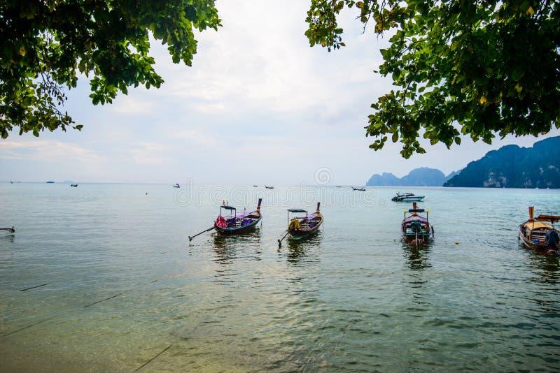Fartyg för lång svans, tropisk strand, Andaman hav, Thailand royaltyfria bilder