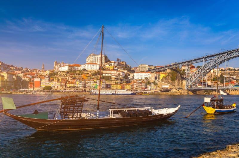 Fartyg för portvin på stranden med den Dom Luis bron och nollan arkivbilder