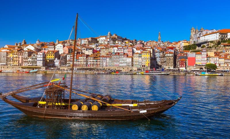 Fartyg för portvin på stranden med den gamla staden på Douroen royaltyfri bild