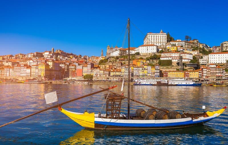Fartyg för portvin på stranden med den gamla staden på Douroen royaltyfri foto