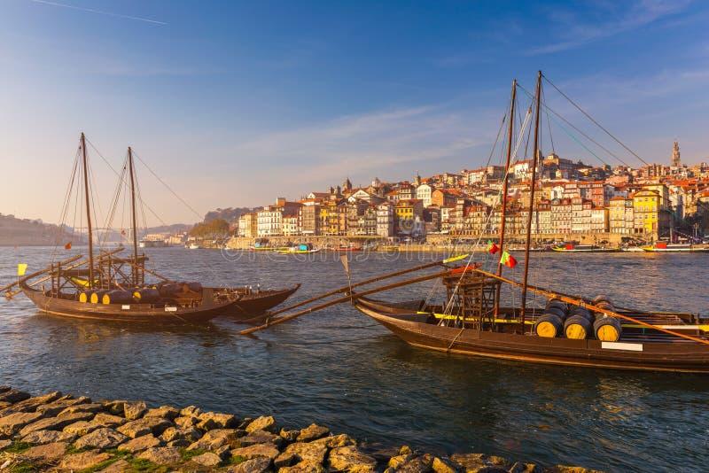 Fartyg för portvin på stranden med den gamla staden på Douroen royaltyfria bilder