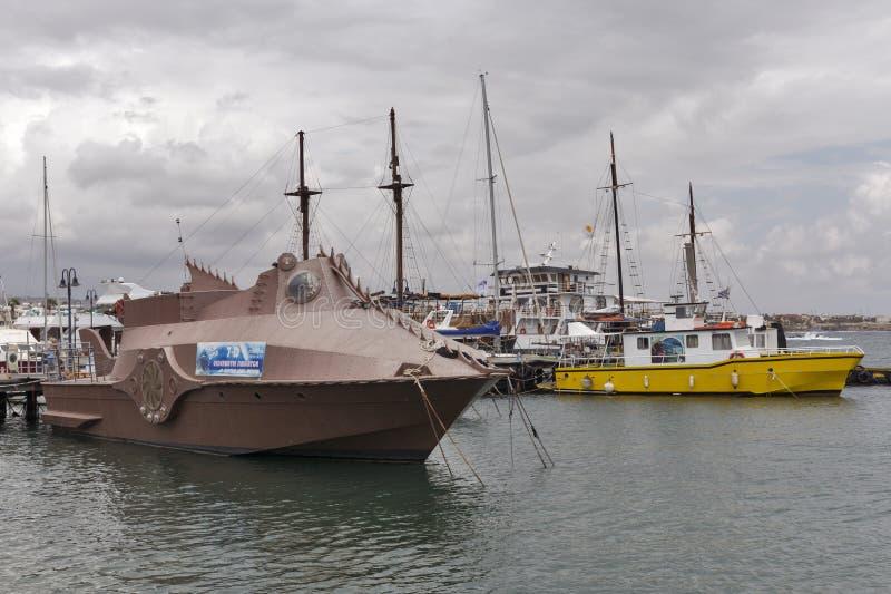 Fartyg för turist- lopp för simulator för Nautilus undervattens- i Paphos port, Cypern arkivfoto