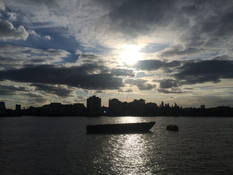 Fartyg för vatten för solnedgångflodThemsen arkivfoto