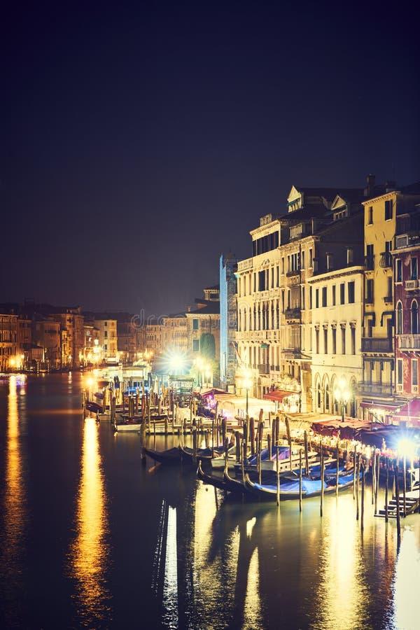 Fartyg för Venedig nattljus arkivfoton