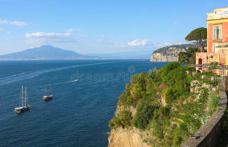 Fartyg, hav och vesuvius - dropp - Campania - Italien royaltyfri foto