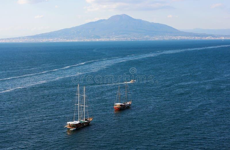 Fartyg, hav och vesuvius - mig - Campania - Italien arkivbild