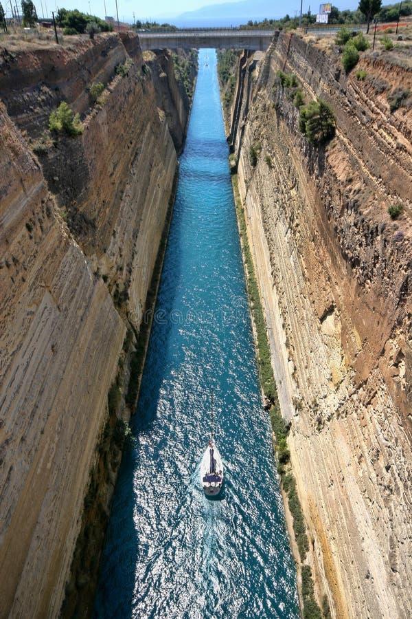 Fartyg i den Corinth kanalen, Grekland arkivfoto