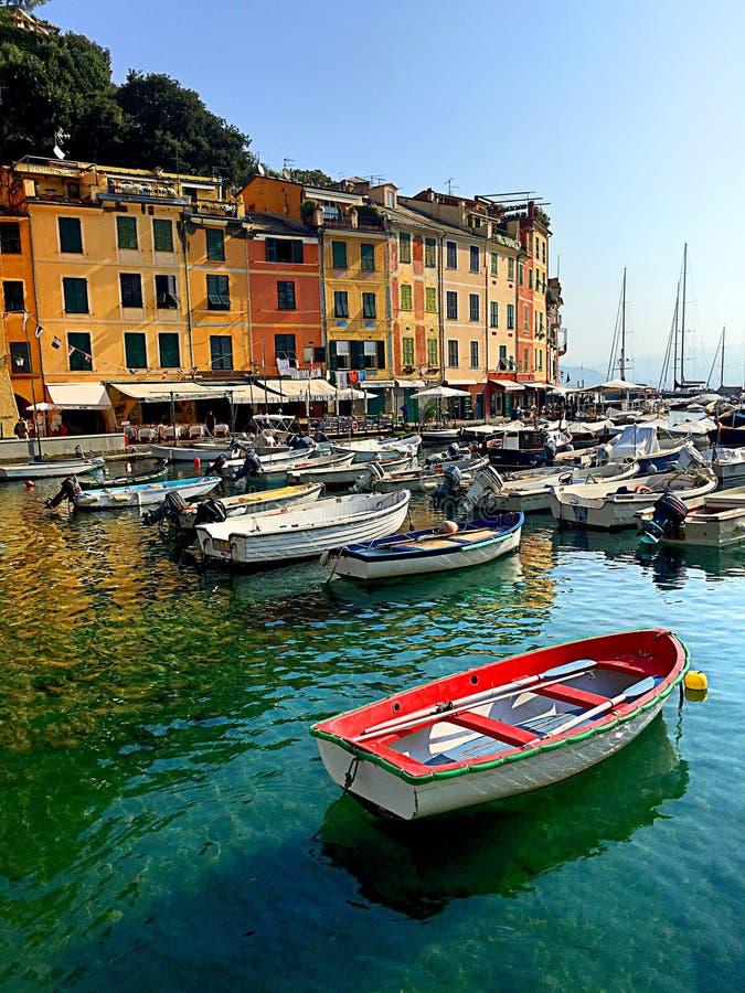 Fartyg i den färgrika hamnen av den Monterosso alstoen i Cinque Terre royaltyfri fotografi