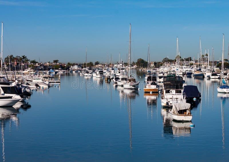Fartyg i den Newport strandhamnen Kalifornien arkivbild