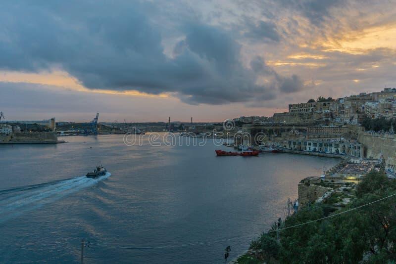 Fartyg i den Valletta hamnen på skymning, Malta, Europa arkivfoton