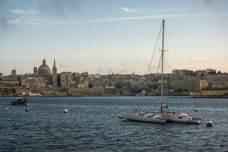Fartyg i den Valletta hamnen på skymning, Malta, Europa arkivbilder