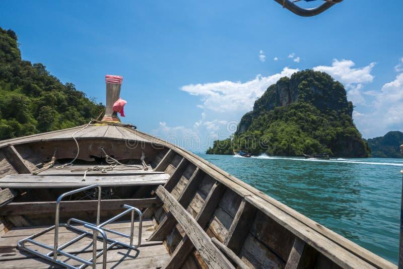 Fartyg i det Andaman havet, Krabi, Thailand royaltyfria foton