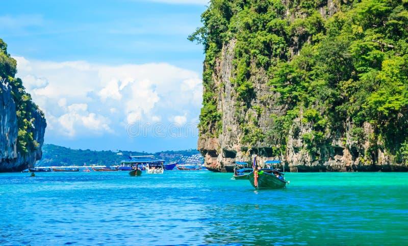 Fartyg i det MAYA Bay Phi Phi Islands Andaman havet Krabi Thailand arkivfoto