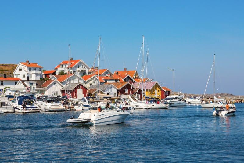 Fartyg i en kustby royaltyfri fotografi