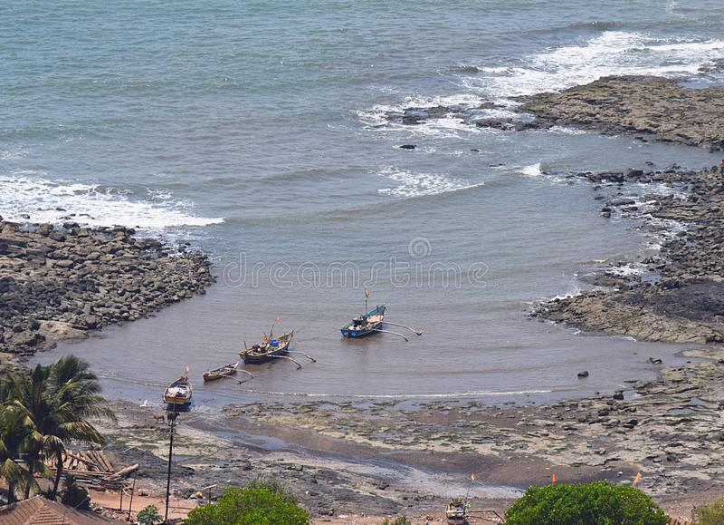 Fartyg i en liten indisk kust- by i den Konkan regionen royaltyfri fotografi