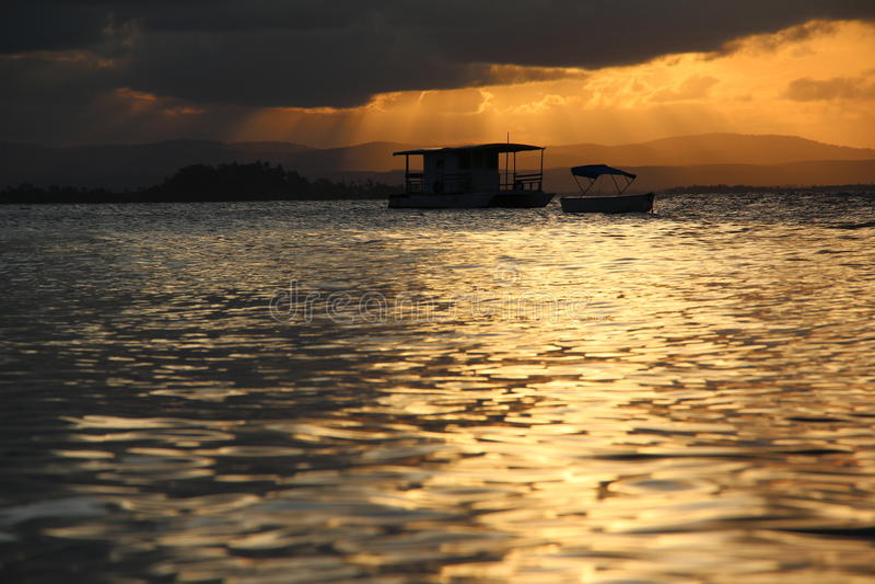 Fartyg i en solnedgång arkivfoto