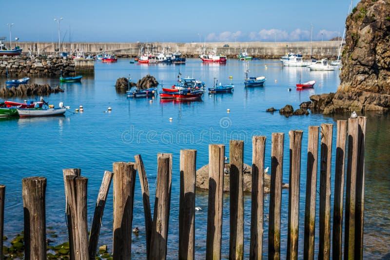 Fartyg i fiskeporten från Cudillero, Asturias, Spanien arkivfoton