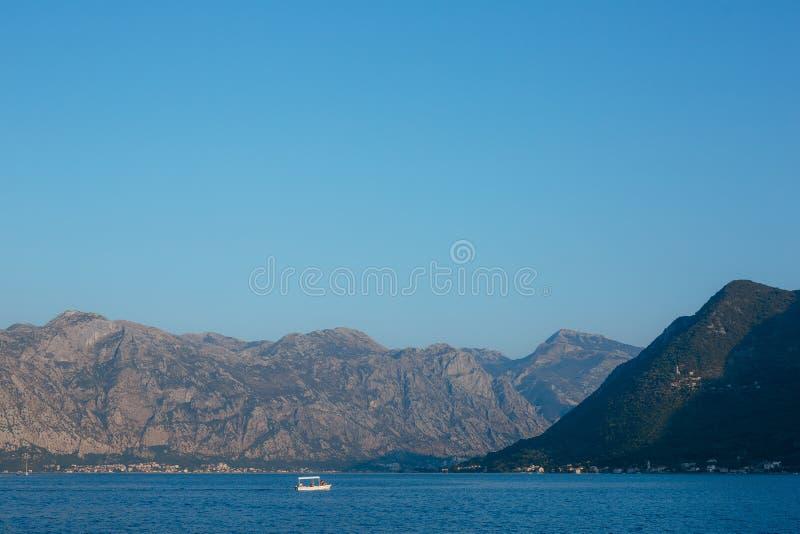 Fartyg i fjärden av Kotor Montenegro vattnet av Adriatiska havet arkivfoton