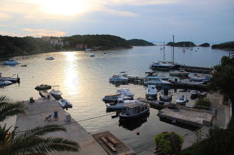 Fartyg i fjärden av Supetarska Draga, Rab ö, Kroatien royaltyfria foton