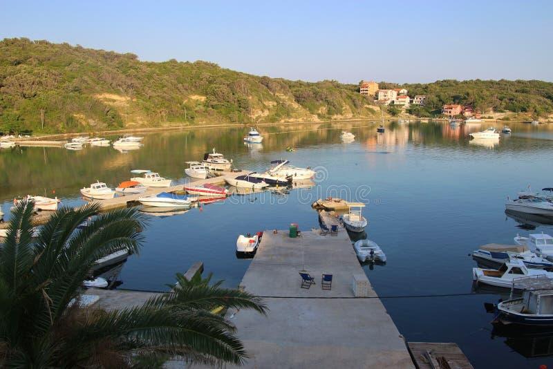 Fartyg i fjärden av Supetarska Draga, Rab ö, Kroatien royaltyfri fotografi