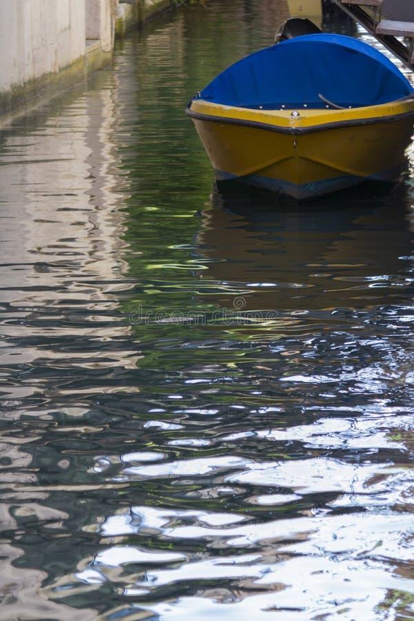 Fartyg i floden fotografering för bildbyråer